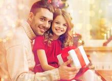 Le den hållande gåvaasken för fader och för dotter Royaltyfria Foton