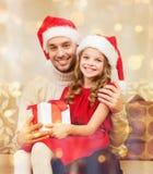 Le den hållande gåvaasken för fader och för dotter Arkivbilder