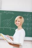 Le den hållande limbindningen för kvinnlig student Royaltyfri Fotografi