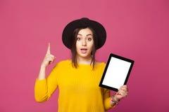 Le den hållande minnestavlan för kvinna som har ny idé Fotografering för Bildbyråer