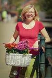 Le den hållande rosa färgcykeln för kvinna fotografering för bildbyråer