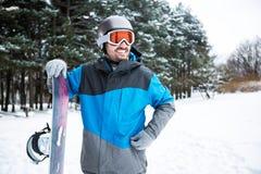 Le den hållande snowboarden för man Royaltyfria Bilder
