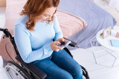 Le den handikappade kvinnan som använder hennes telefon Royaltyfri Fotografi