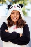 Le den iklädda flickan en björndräkt Royaltyfria Bilder