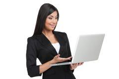 Le den indiska flickan som ser bärbara datorn. Arkivfoton