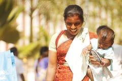 Le den indiska kvinnan med hennes barn Arkivbild