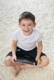 Le den inomhus pojken Fotografering för Bildbyråer