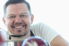 Le den kulinariska receptkocken Blogger Portrait royaltyfri foto