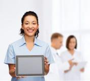 Le den kvinnliga doktorn eller sjuksköterskan med minnestavlaPC Arkivfoto