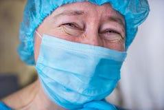 Le den kvinnliga doktorn i sjukhushall royaltyfria foton