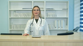 Le den kvinnliga doktorn med stetoskopet på mottagandet Arkivbilder