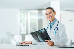 Le den kvinnliga doktorn som undersöker en röntgenstråle arkivbilder