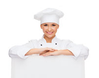 Le den kvinnliga kocken med vitmellanrumsbrädet Arkivfoto