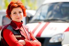 Le den kvinnliga personen med paramedicinsk utbildning Royaltyfri Foto