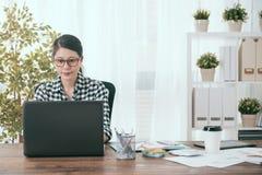 Le den kvinnliga sohokontorsarbetaren som hemma arbetar royaltyfria foton