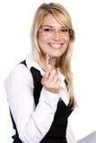 Le den livliga kvinnan som pekar till kameran royaltyfria foton