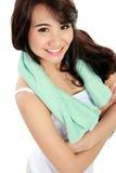 Le den lyckliga asiatiska kvinnakonditionmodellen med korsade armar Fotografering för Bildbyråer