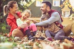 Le den lyckliga familjen ha gyckel på trädgården royaltyfri bild