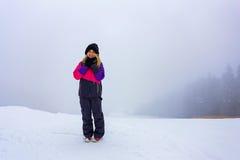 Le den lyckliga flickan överst av berget royaltyfria bilder
