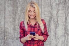 Le den lyckliga gladlynta kvinnan med blont hår, i rutig shir arkivbild