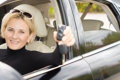 Le den lyckliga kvinnachauffören royaltyfria foton