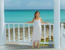 Le den lyckliga lilla flickan i klänning för vitt ljus arkivbilder