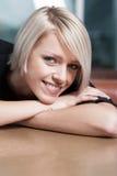 Le den lyckliga nöjda unga kvinnan royaltyfria bilder