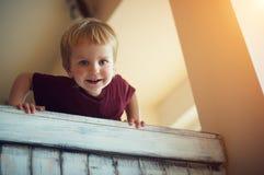 Le den lyckliga pojken inomhus Fotografering för Bildbyråer