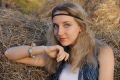 le den lyckliga positiva lantliga flickan med fräknar, gråa ögon som är blonda fotografering för bildbyråer