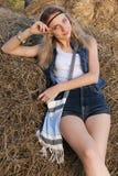 le den lyckliga positiva lantliga flickan med fräknar, gråa ögon som är blonda Royaltyfri Foto