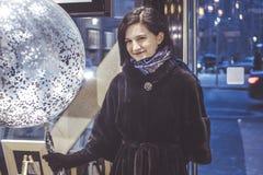 Le den lyckliga ståenden för ung kvinna med baloon Royaltyfri Bild