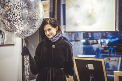 Le den lyckliga ståenden för ung kvinna med baloon royaltyfria bilder