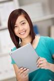 Le den lyckliga unga kvinnliga asiatiska studenten Royaltyfri Fotografi