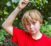 Le den lyckliga unga pojken royaltyfria bilder