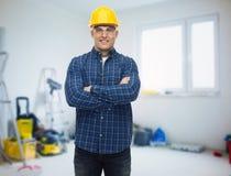 Le den manliga byggmästaren eller den manuella arbetaren i hjälm Royaltyfri Bild