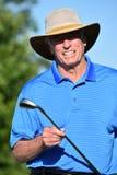 Le den manliga golfaren f?r pension?r med den Golf Club golfspelet arkivfoto