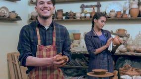 Le den manliga keramikern som formar lerabollen arkivfilmer