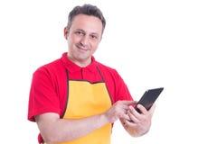 Le den manliga personalen som använder den digitala minnestavlan i supermarket arkivbild