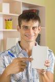 Le den manliga studenten med anteckningsboken Arkivbild