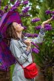 Le den medelåldersa kvinnan med ett paraply Royaltyfri Foto