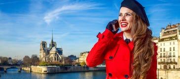 Le den moderna turist- kvinnan i Paris som talar på smartphonen Fotografering för Bildbyråer