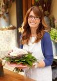 Le den mogna kvinnablomsterhandlaren Small Business Flower shoppa ägaren Royaltyfri Foto