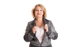Le den mogna kvinnan - äldre kvinna som isoleras på vit bakgrund Arkivfoton