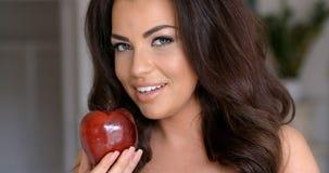 Le den nätta kvinnan som rymmer nya röda Apple Royaltyfria Bilder