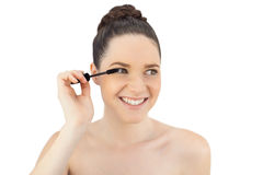 Le den nätta modellen som applicerar mascara Arkivbilder