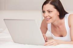 Le den nya kvinnan som ligger på säng arkivbild