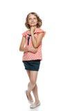 Le den oavkortade längden för liten flicka som ser upp Arkivbilder