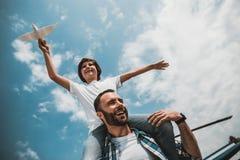 Le den orakade farsan som spelar med att stråla barnet royaltyfri fotografi