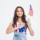 Le den patriotiska kvinnan som rymmer USA flaggan Arkivfoto