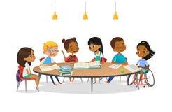 Le den rörelsehindrade flickan i rullstol och hennes skolavänner som sitter runt om den runda tabellen, läseböcker och samtal til stock illustrationer
